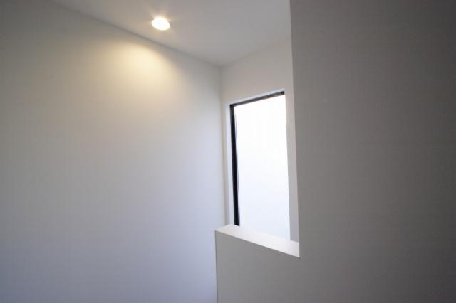 明るい階段ホールの為の窓
