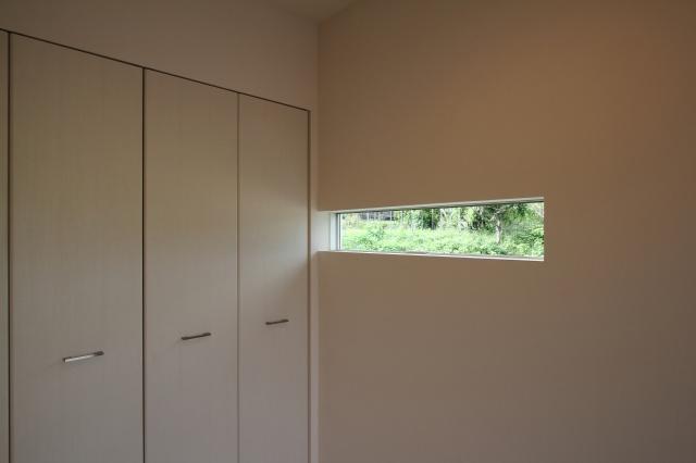 玄関のスリット状の窓