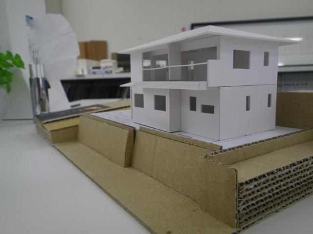 高台に建つ解放感の有る家