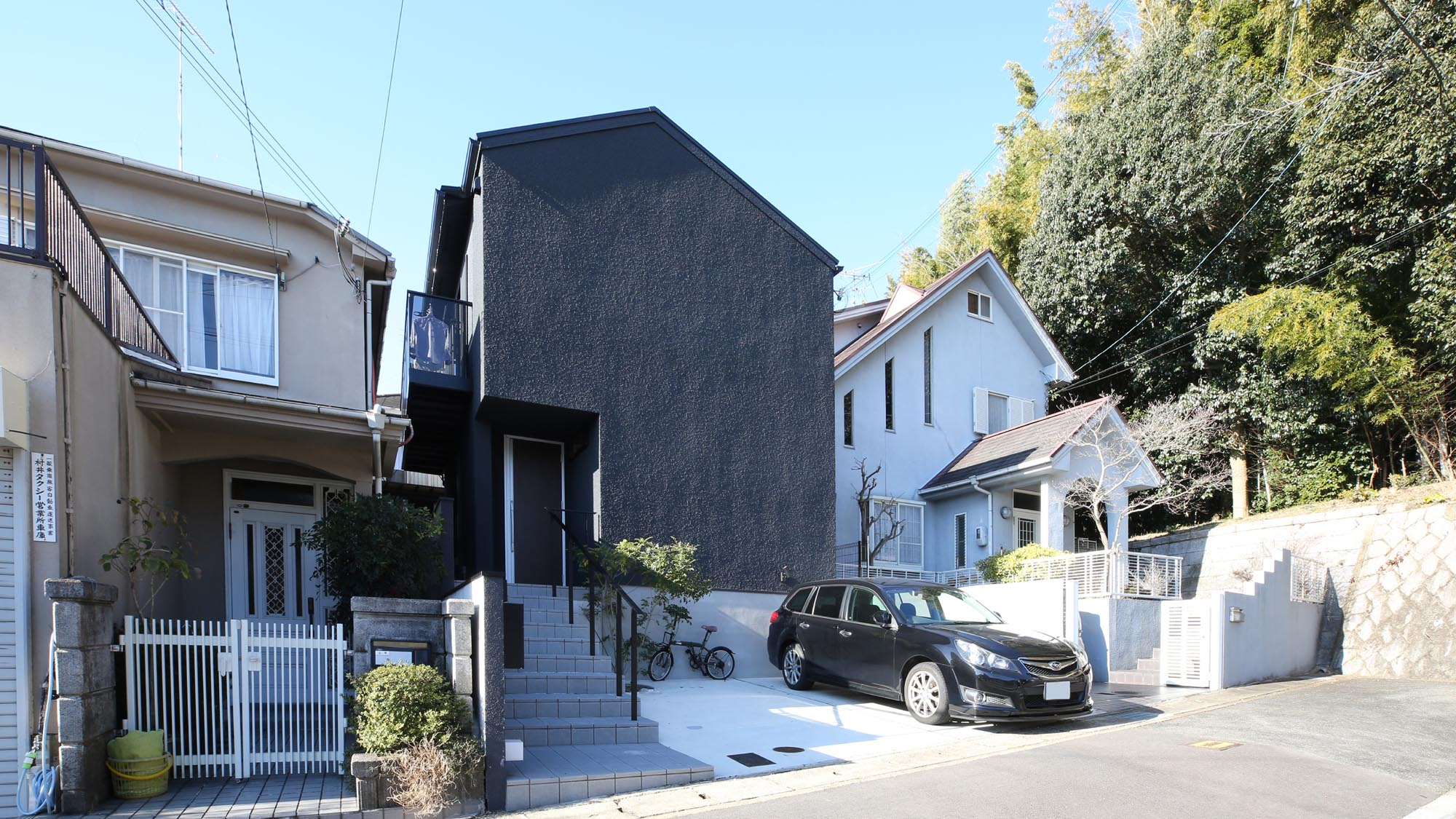 黒い外観の家