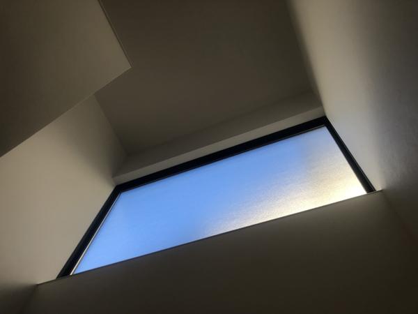 空を淡く切り取る窓